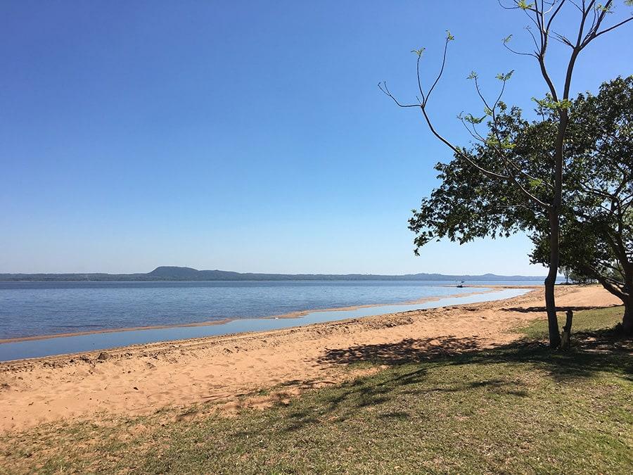 plaža z oranžnim peskom v Paragvaju