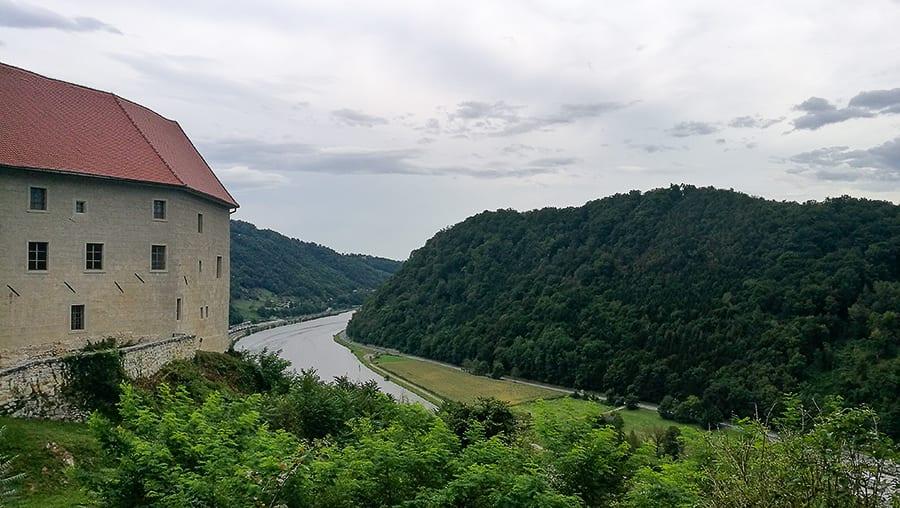 grad na vzpetini nad reko