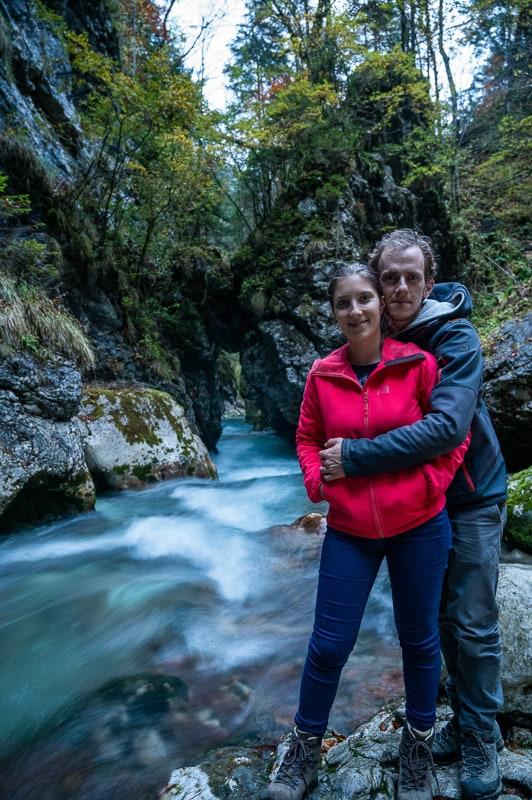 moški in ženska ob reki oz. soteski predaselj