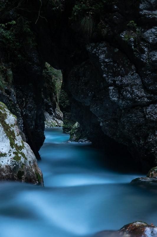soteska predaselj - modra reka teče skozi ozko sotesko