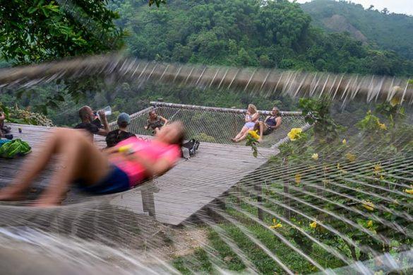 ženska v mrežasti viseči mreži