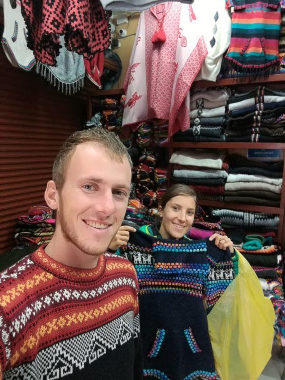 moški in ženska oblečena v tradicionalne perujske puloverje