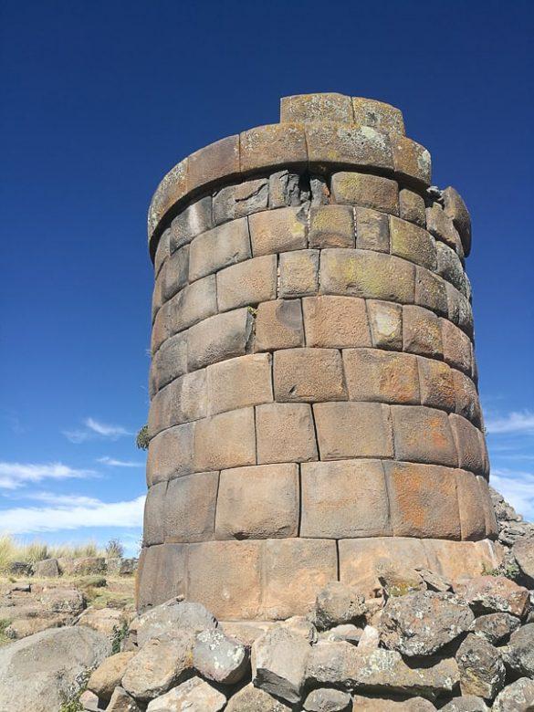 pogrebni stolp iz obdelanega kamenja. Cutimbo, Peru
