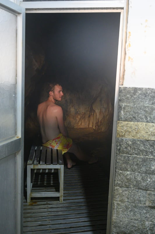 moški v jamski savni