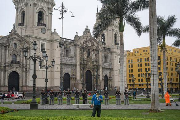 vojska pred katedralo v Peruju