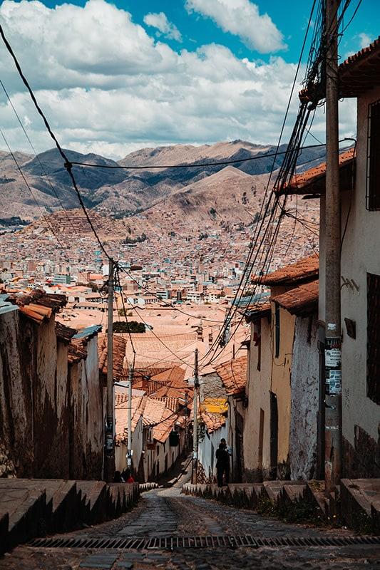 ozka in strma tlakovana ulica Cusco, Peru