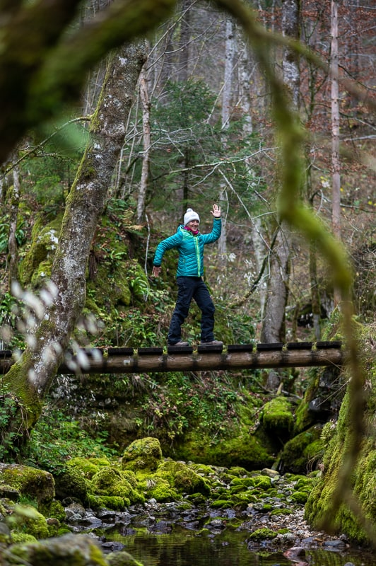 ženska na lesenem mostičku