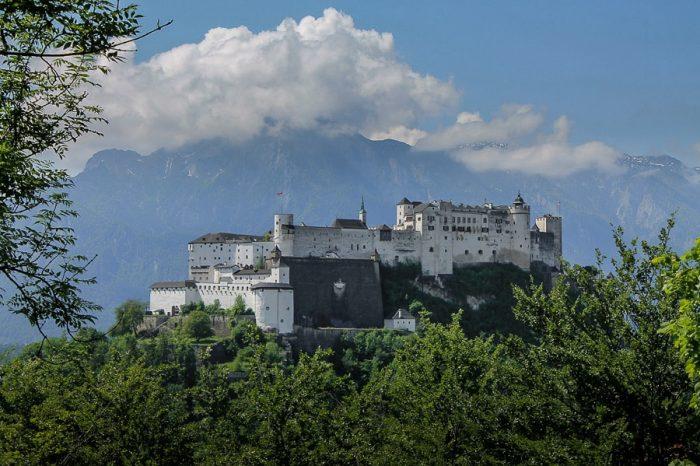 grad na griču, v ozadju gore. Grad Salzburg