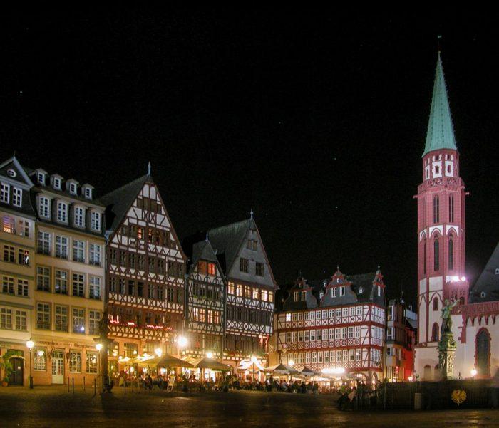 večer v starem mestnem jedru Frankfurta. tipične nemške lesene hiše