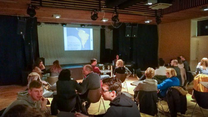 potopisno predavanje: moški pred publiko