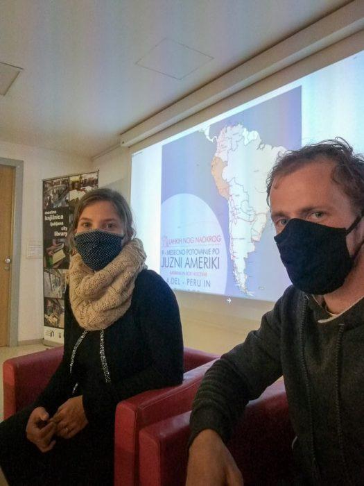 moški in ženska z maskami, potopisno predavanje