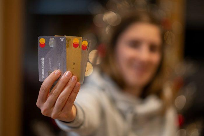 MasterCard kartice, ki jih ženska drži v roki