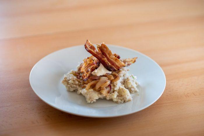 mulgipuder - hrana Estonija. Pire iz krompirja in ješprenja s pečeno slanino