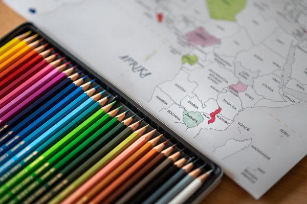 pobarvan zemljevid sveta, barvice