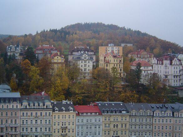mesto Karlovy Vary v jesenskih barvah