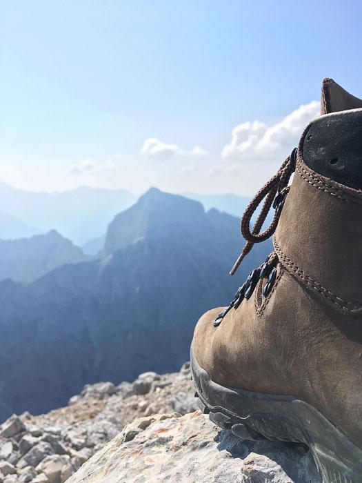 pohodniški čevelj Alpina na skali na vrhu Mangarta