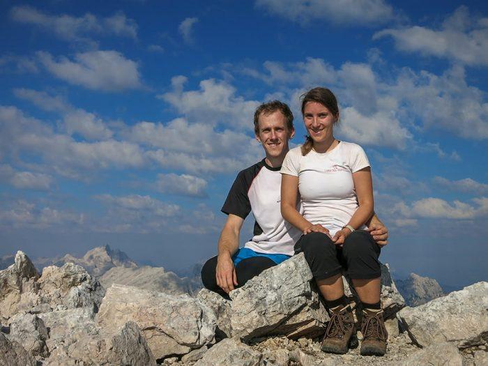 moški in ženska na vrhu gore
