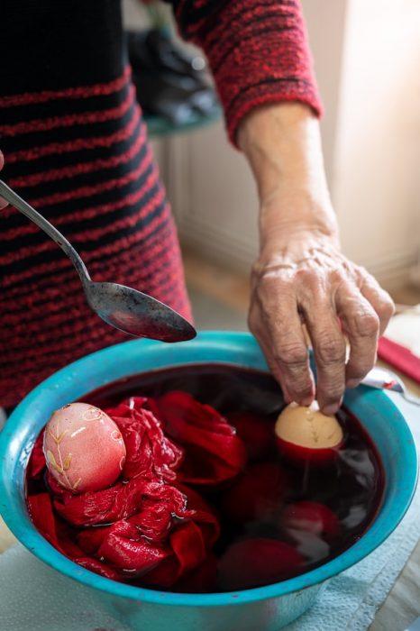 barvanje pirhov z rdečo barvo iz krep paprija