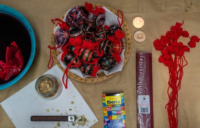 Potrebščine za belokranjske pisanice: vosek, pisač, rdeč krep papir, volna, črna barva, rdeča volna
