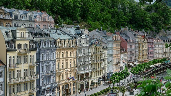 Karlovy Vary - pisane hiše ob reki