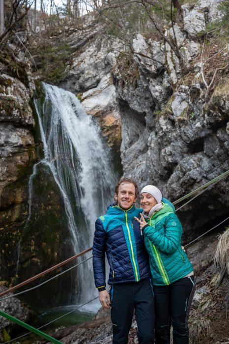 moški in ženska pred slapom Mostnice