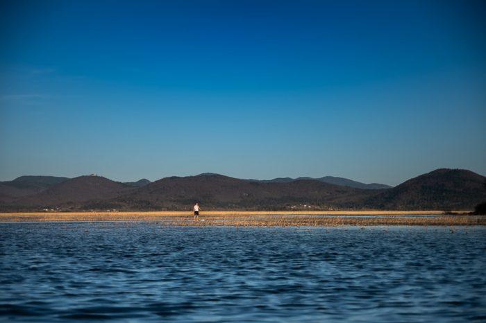 človek na supu na cerkniškem jezeru