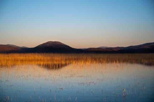 cerkniško jezero v času sončnega zahoda