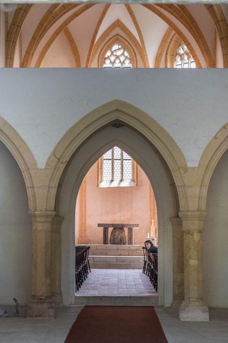 ženska sedi v gotski kapeli, samostan pleterje