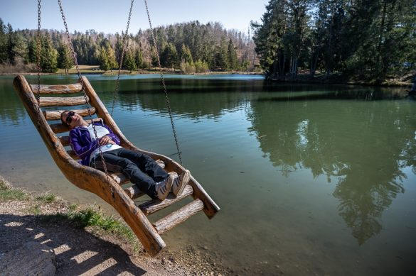 ženska na gugalnici, Bloško jezero, Notranjska