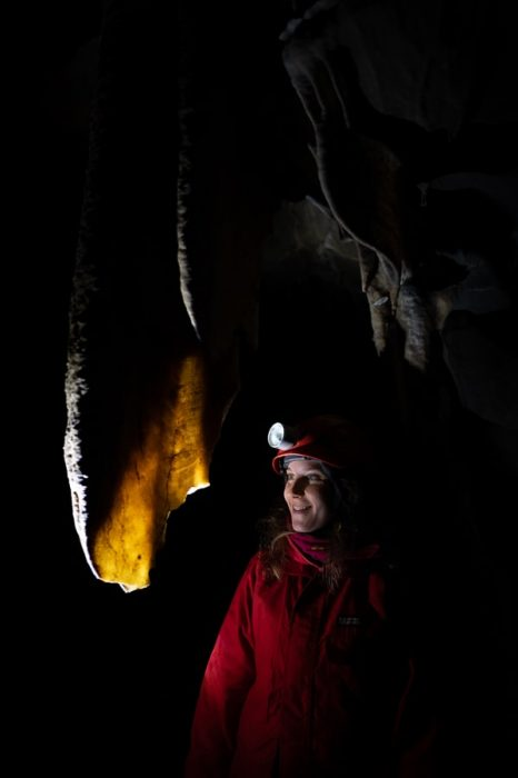 ženska ob kapniku, križna jama, slovenija