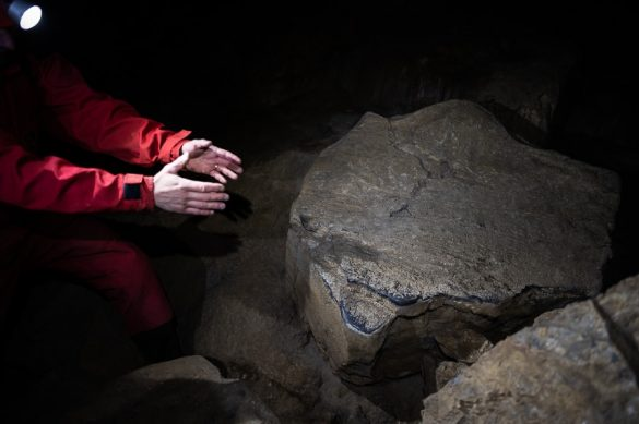 jamar kaže na skalo v križni jami