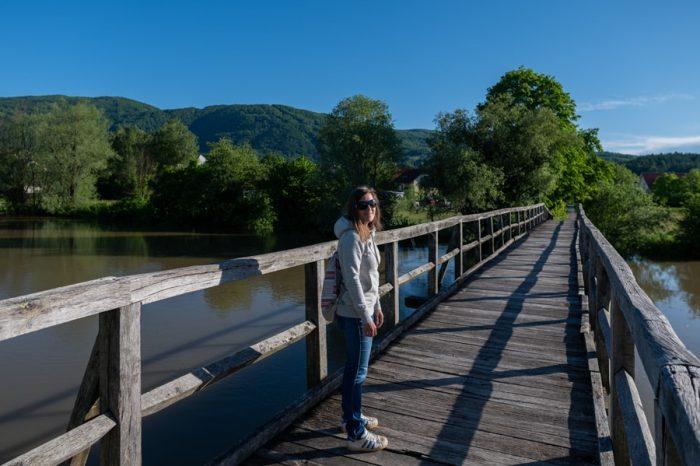 ženska na lesenem mostu čez reko Krko, Kostanjevica na Krki