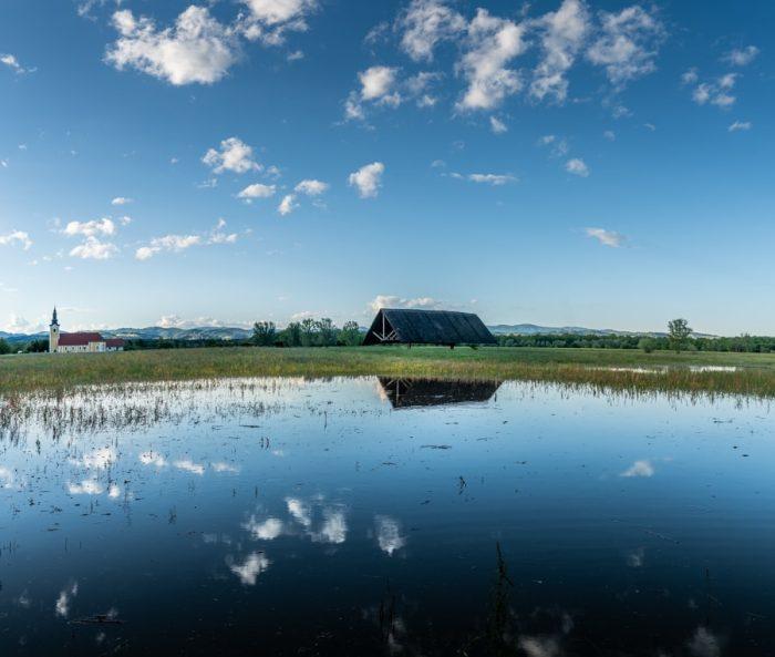 kozolec nad poplavljenim travnikom