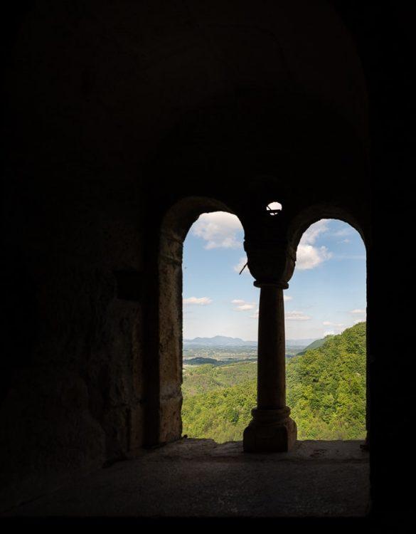 pogled skozi dvojno obokano okno