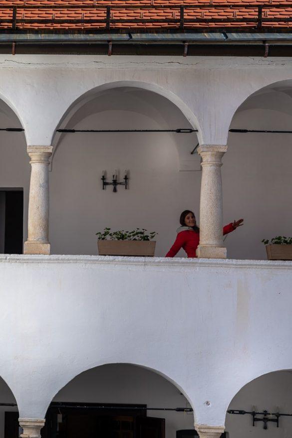 ženska na grajskem balkonu