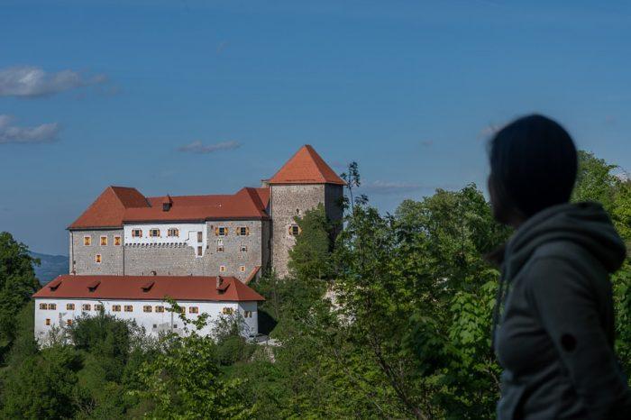 ženska ob pogledu na grad Podsreda