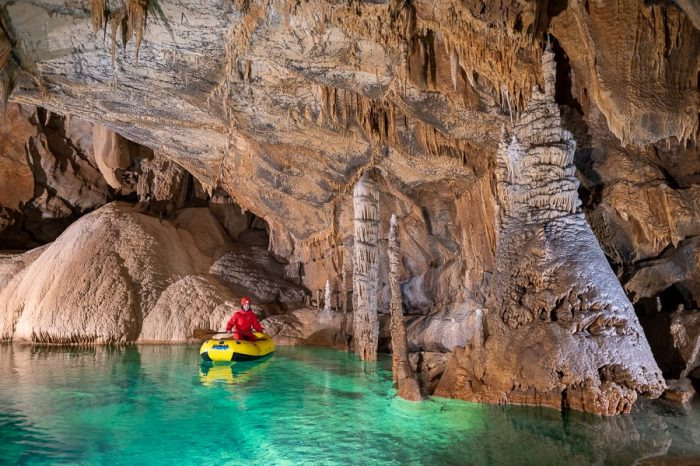 ženska v čolnu v kraški jami. križna jama