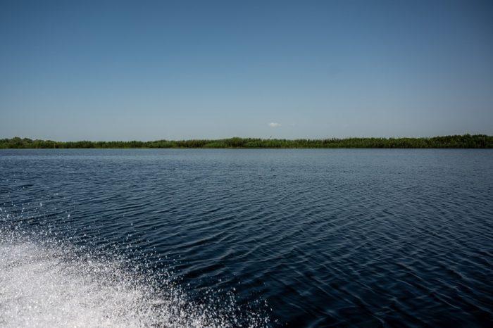 pršenje vode pod čolnom, delta donave, romunija
