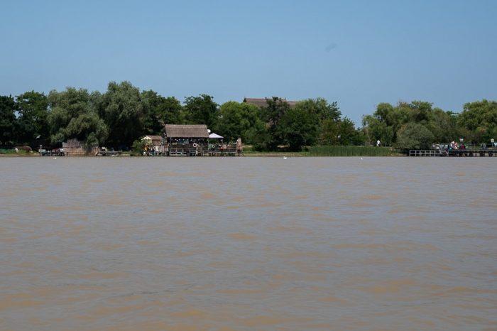 lesena hiška ob blatni reki Donavi