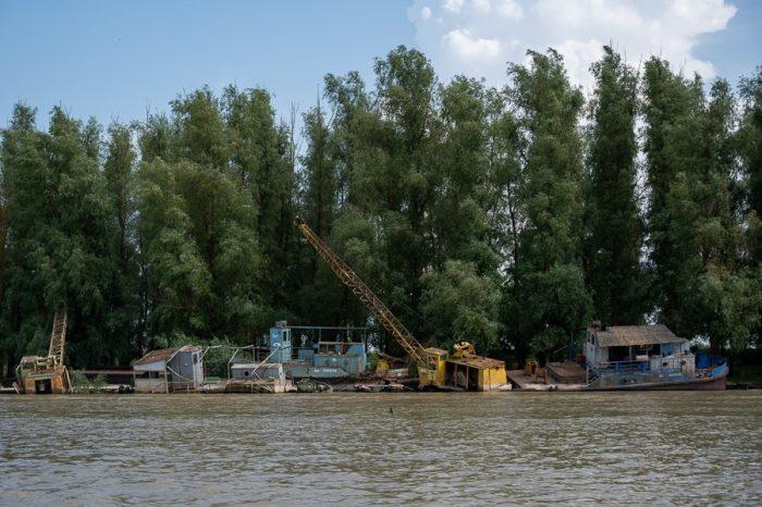 napol potopljene ladje v reki. Delta Donave, romunija