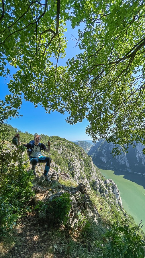 moški sedi na skali nad sotesko Donave. Džerdap, Srbija