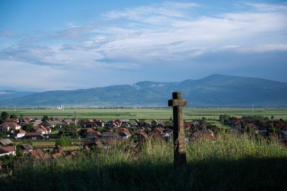 križ na hribu, spodaj mesto Gheorgheni, ROmunija