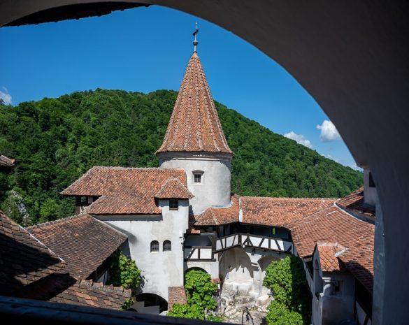 pogled na grajski stolp in notranje dvorišče. grad Bran, romunija