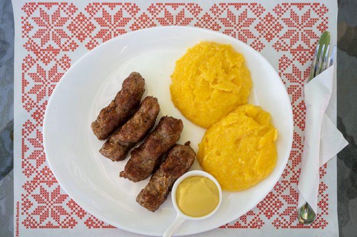 Mamaliga in mici (polenta in čevapčiči) - romunska hrana