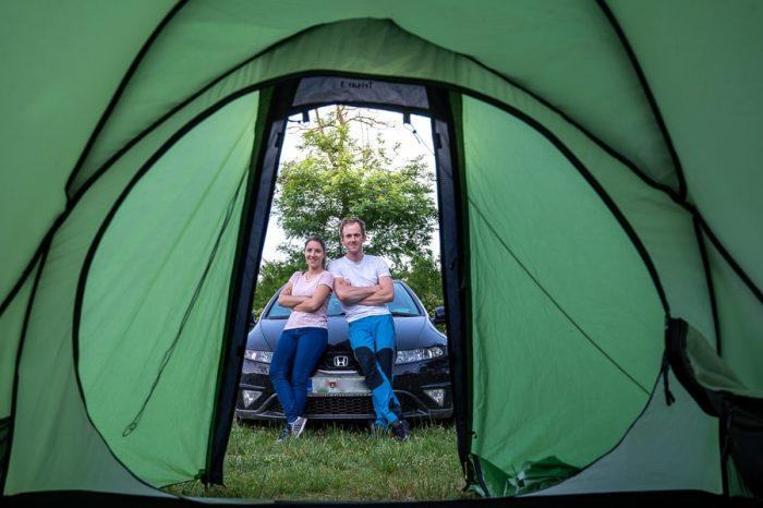 moški in ženska pred šotorom