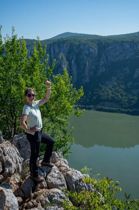 ženska na robu pečine nad Donavo. Džerdap, Srbija