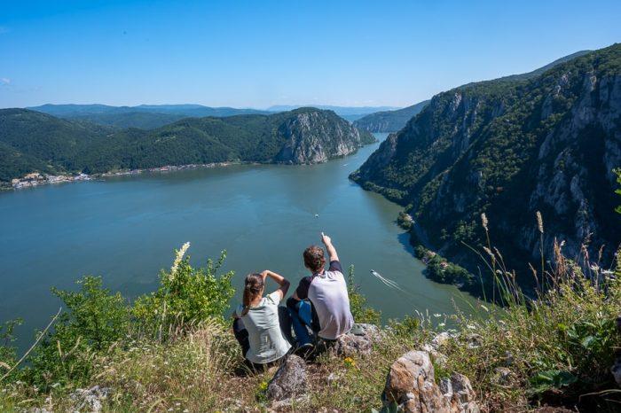 moški in ženska na razglednem hribu nad reko - soteska donave