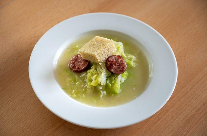 krožnik z juho, ohrovtova juha caldo verde s klobaso in koruznim kruhom