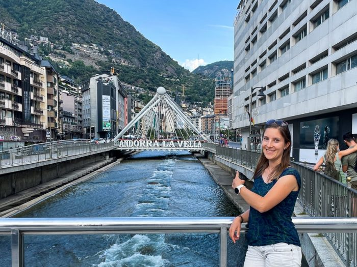 Ženska pred napisom Andorra la Vella