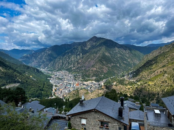 Andorra la Vella, stisnjena v dolino v Pirenejih